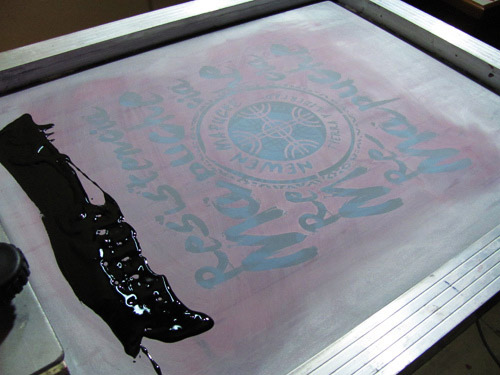 Pantalla con tinta para serigrafiar